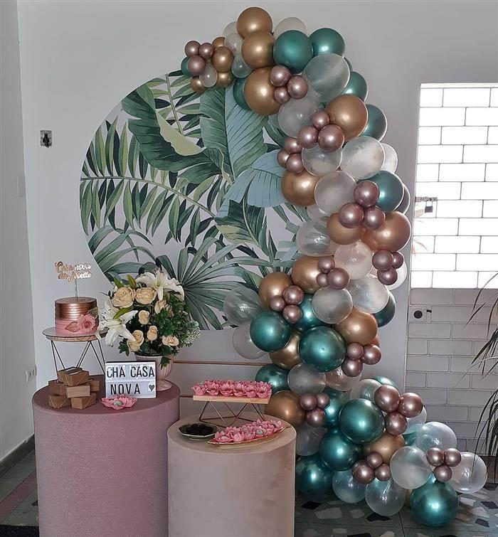 arco desconstruido com balões metalizados